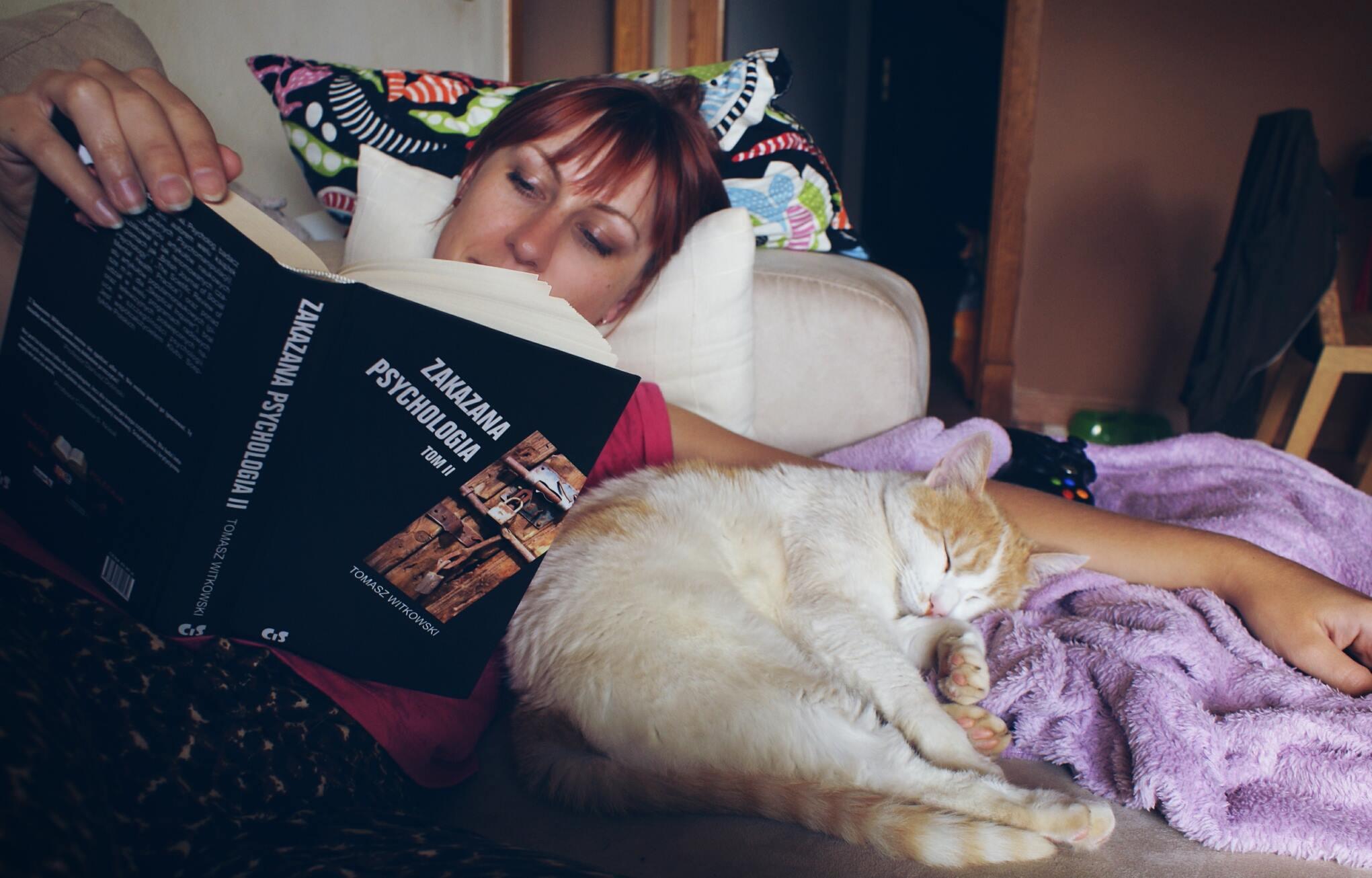 Ja czytająca książkę z kotem.